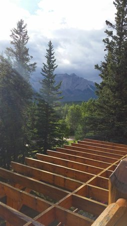 Overlander Mountain Lodge: pergola roof below room #23