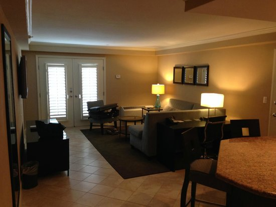 Crowne Plaza Orlando Downtown: Living Room in King Suite