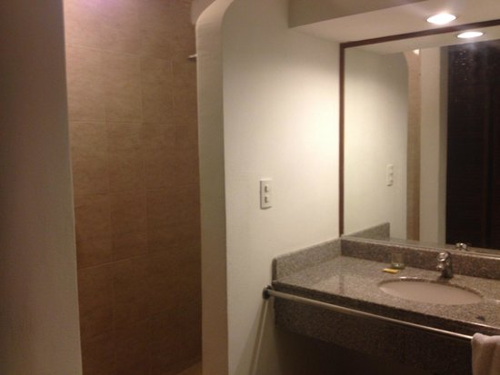 Isla Caribe Beach Hotel: Ante baño y ducha
