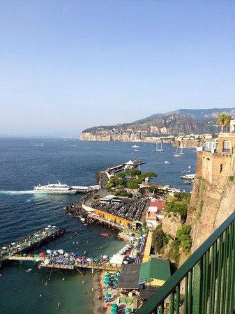 Maison Tofani: Vista de la bahía de Sorrento, desde una terraza cercana al hotel