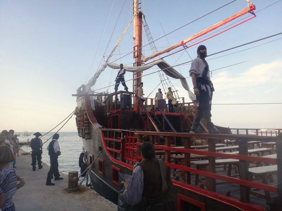 Barco Pirata Jolly Roger Cancún: Before the show!!