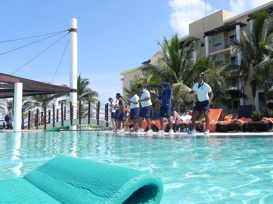 Now Jade Riviera Cancun : Entertainment Staff dancing