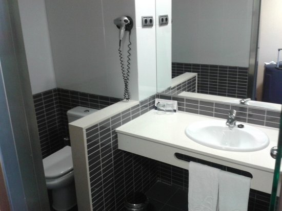 FrontAir Congress: Clean and modern bathroom