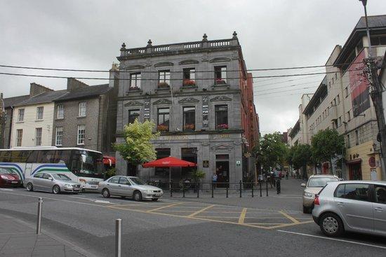 Kilkenny Hibernian Hotel: Vorderfront zur Hauptstrasse