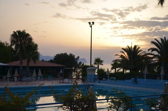 Terrasini, Włochy: Tramonto sulla piscina olimpionica