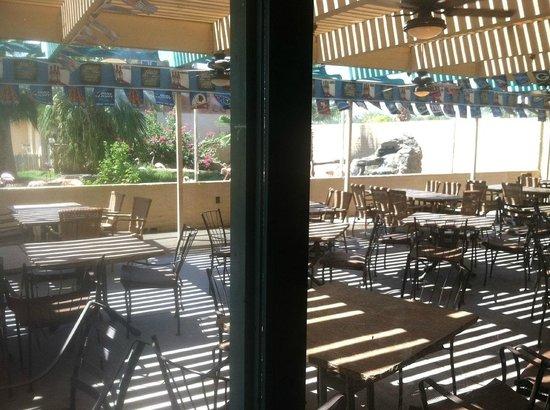Dillon's KC BBQ : Outdoor seating area near the Flamingos