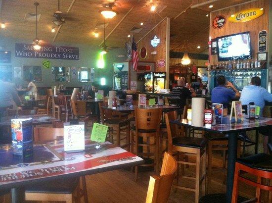 Dillon's KC BBQ: Bar dining area.