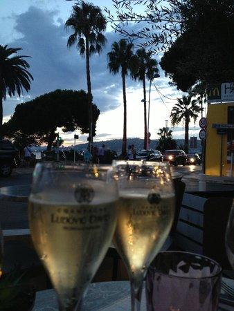 Aux Enfants Terribles : Champagne at sunset