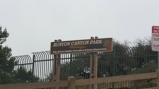 Runyon Canyon Park: Park Entrance on Mulholland