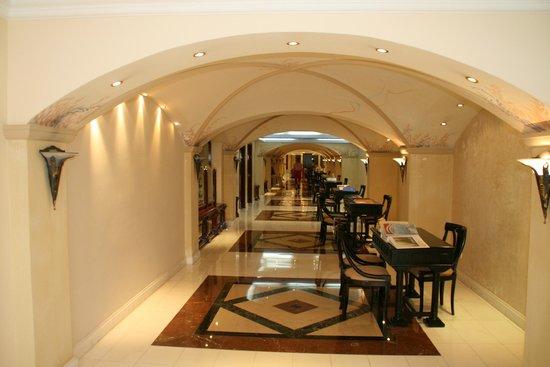 Mitsis Grand Hotel : Hotelgang til reception