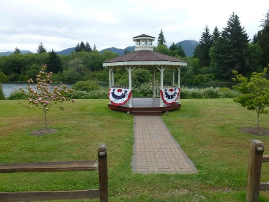 Quinault River Inn: grounds