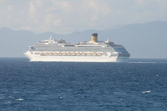 Mitsis Grand Hotel : Et krydstogtskib kom forbi.