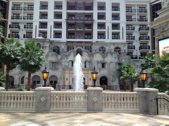 "Gaylord Texan Resort & Convention Center: The ""Alamo"" and large fountain."