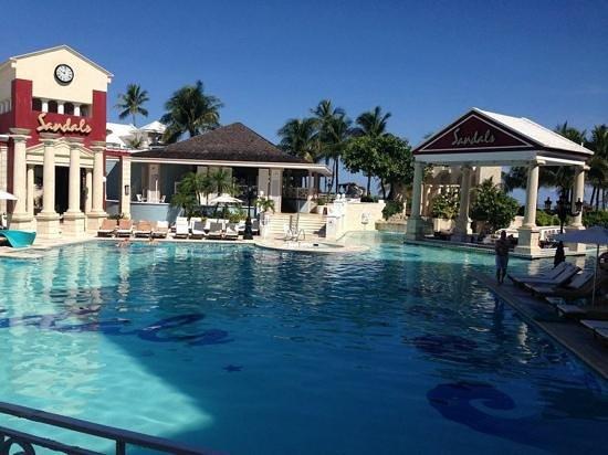 Sandals Royal Bahamian Spa Resort & Offshore Island: the bartender here deserves a raise!