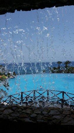 R2 Rio Calma Hotel & Spa & Conference: Petit cascade donnant dans la piscine principale