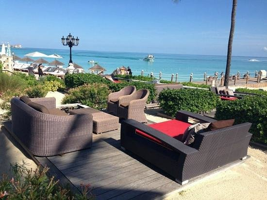 Sandals Royal Bahamian Spa Resort & Offshore Island: eating made to order pizza at this louunge area is ideal!