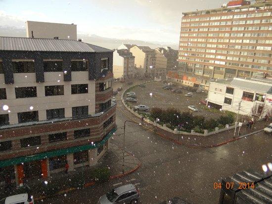 NH Bariloche Edelweiss: Vista da janela do hotel em meio à primeira neve de julho (na cidade não costuma chegar acumular