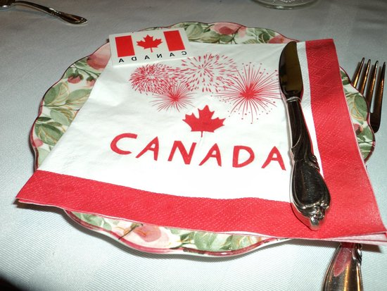Charlotte's Rose Inn: Delicious breakfast with Canada Day decorations