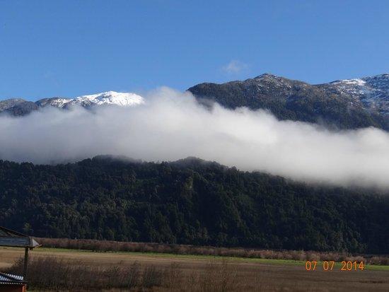 Hotel Natura Patagonia: Picos nevados vistos ao longe