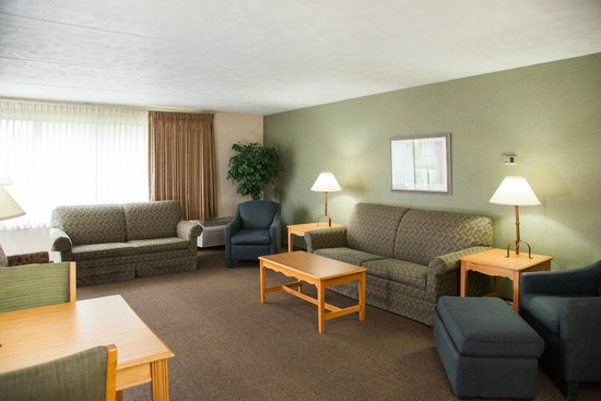 Evergreen Resort: Sitting Area in one of our many spacious suites