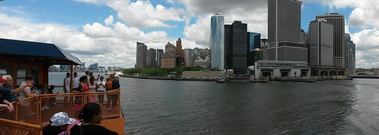 Staten Island Ferry : The ferry has just left Manahattan - Battery Park to the left