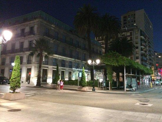 AC Hotel Palacio Universal: Vista noturna do hotel.