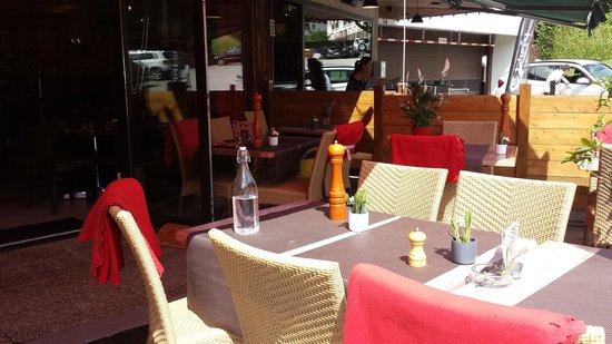L'Alpin: baie vitrée v sur l'extérieur et plaid pour les clients en terrasse lorsque la fraîcheur dessend
