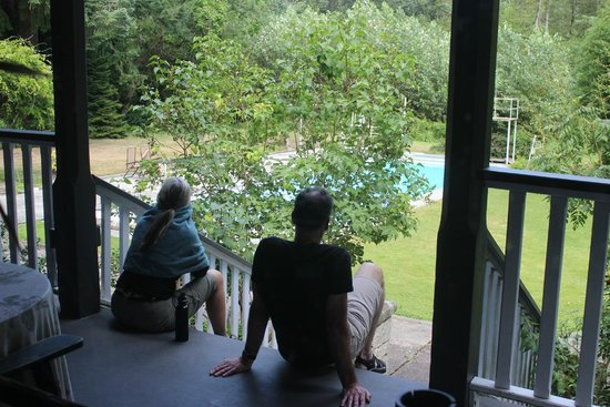 Sasquatch Crossing EcoLodge: A quiet place to sit on the porch