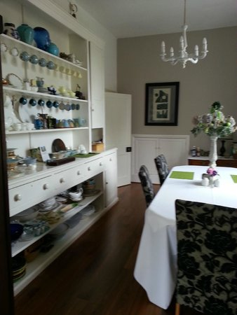 Velwell House Bed & Breakfast: Dining room - large window viewing walled garden