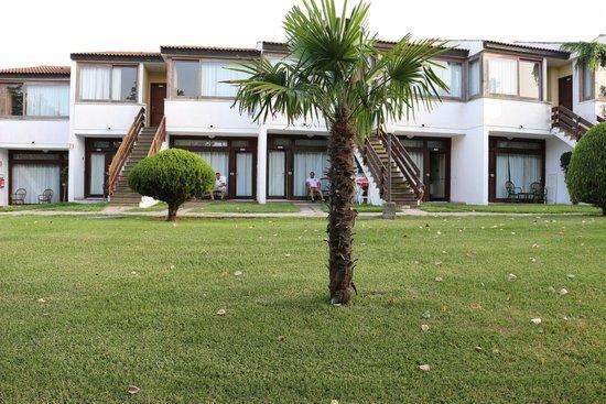 Porto Kaleo Villaggio: вид с парковки на номера