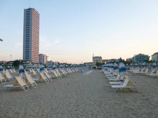 Grand Hotel Cesenatico: вид с пляжа на отель