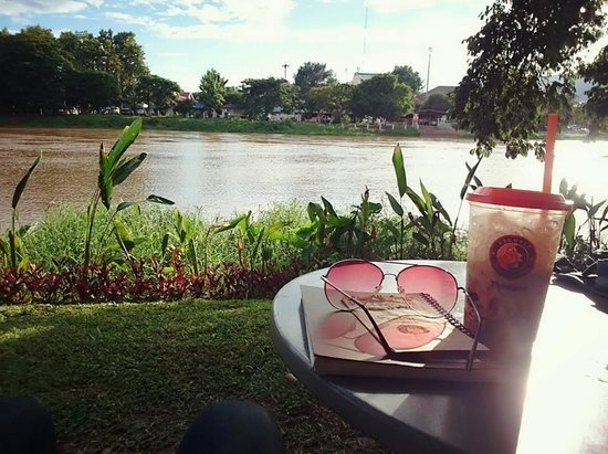 Wawee Coffee : Outdoor area on the riverside at Wawee Himping in Chiang Mai