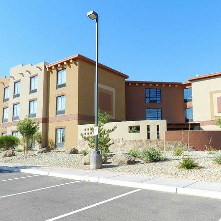 Moenkopi Legacy Inn & Suites : Side entrance