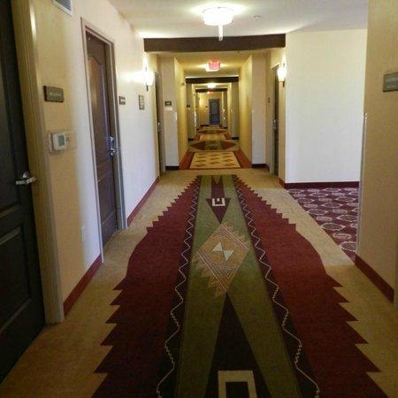 Moenkopi Legacy Inn & Suites : Hallway