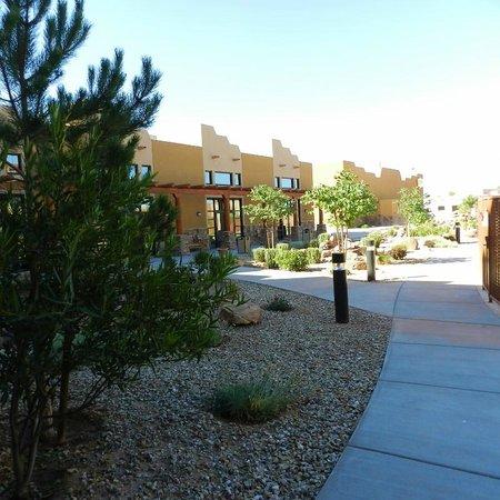 Moenkopi Legacy Inn & Suites: Pool/courtyard area