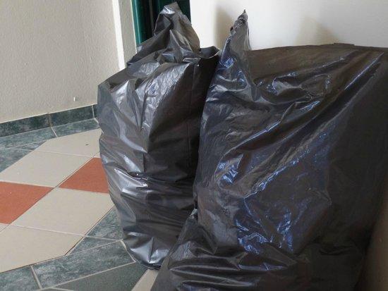 Dimitrios Village Beach Resort: Müllsäcke im Bereich der Nähe zum Speisesaal