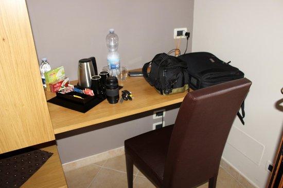B&B Villa Valentina Taormina : possibilità di avere una scrivania con thermos per il thè, camomilla