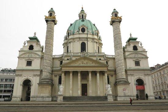 Vista frontal da Karlskirche