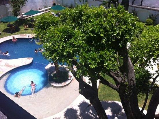 Occidental Cuernavaca: Vista de los balcones a la alberca