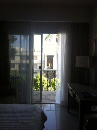 Occidental Cuernavaca: Vista de la habitación al puente que divide las 2 propiedades