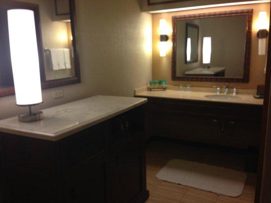 Hyatt Regency Maui Resort and Spa: Vanity area in room