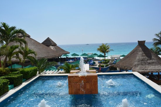 Royal Solaris Cancun : left side of pool area