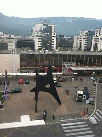 BEST WESTERN Hotel Terminus : Calder sculpture in front of Train Station