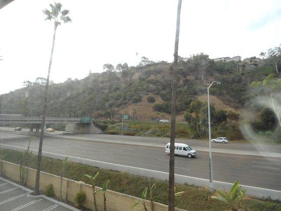 Comfort Inn & Suites Zoo SeaWorld Area: La Highway vista desde mi cuarto de Hotel en la mañana