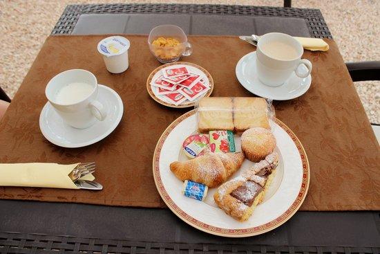 B&B Villa Valentina Taormina : la splendida colazione, tazze abbondanti di latte