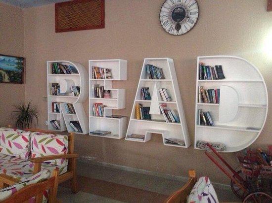 Hotel Karbel Sun : Fab book cabinet