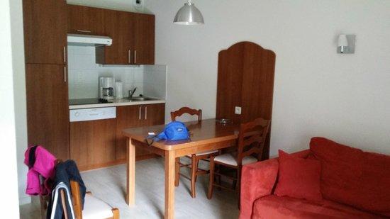 Residence Mer & Golf Tourmalet: l'espace cuisine salon individuel