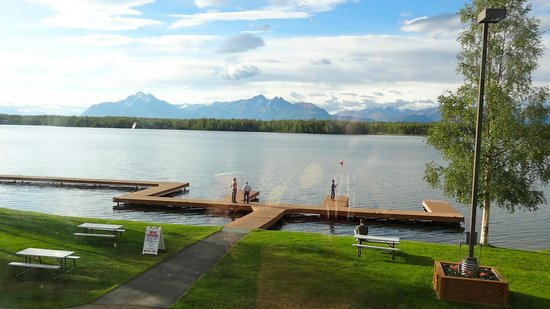 Best Western Lake Lucille Inn: The dock with the lake & mountains in the background