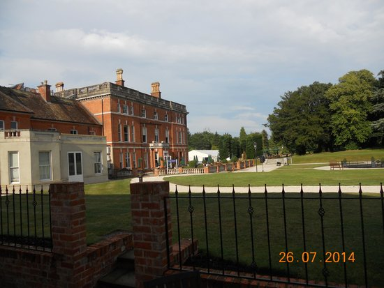 Oakley Hall Hotel: View of patio area from bedrooms