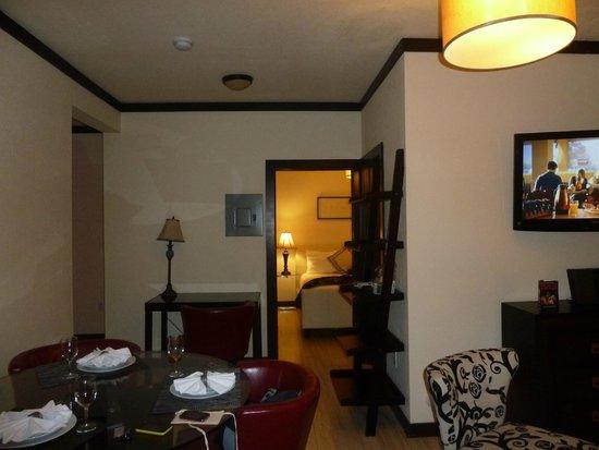 Tradewinds Apartment Hotel : Living-comedor hacia dormitorio